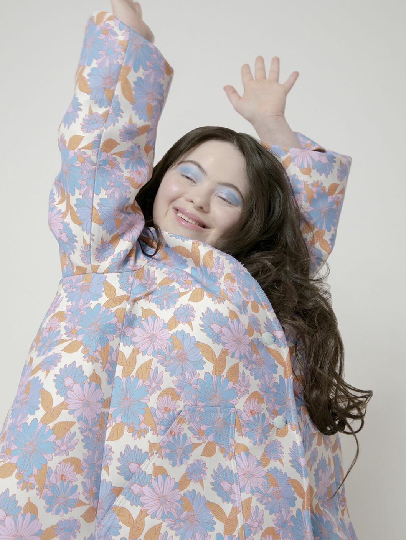 Ellie Goldstein i blommig klänning
