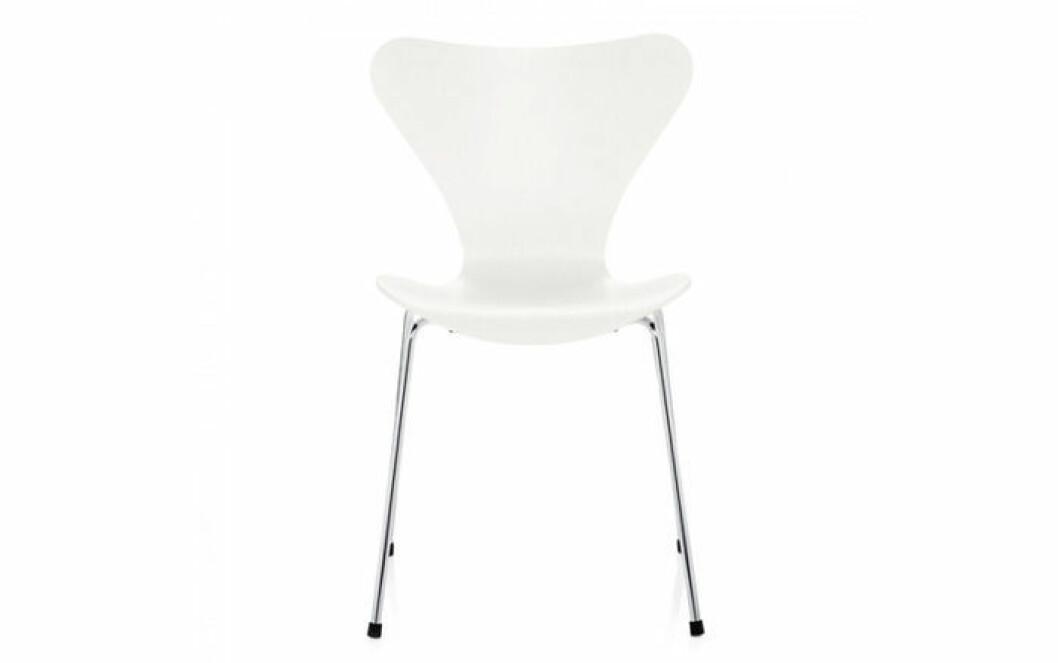 Arne Jacobsen är formgivaren av stolen.
