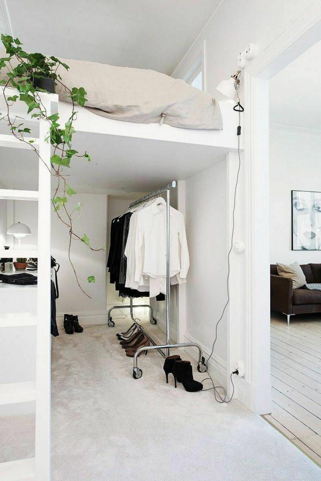 Loftsäng som skapar plats för garderob och klädförvaring under