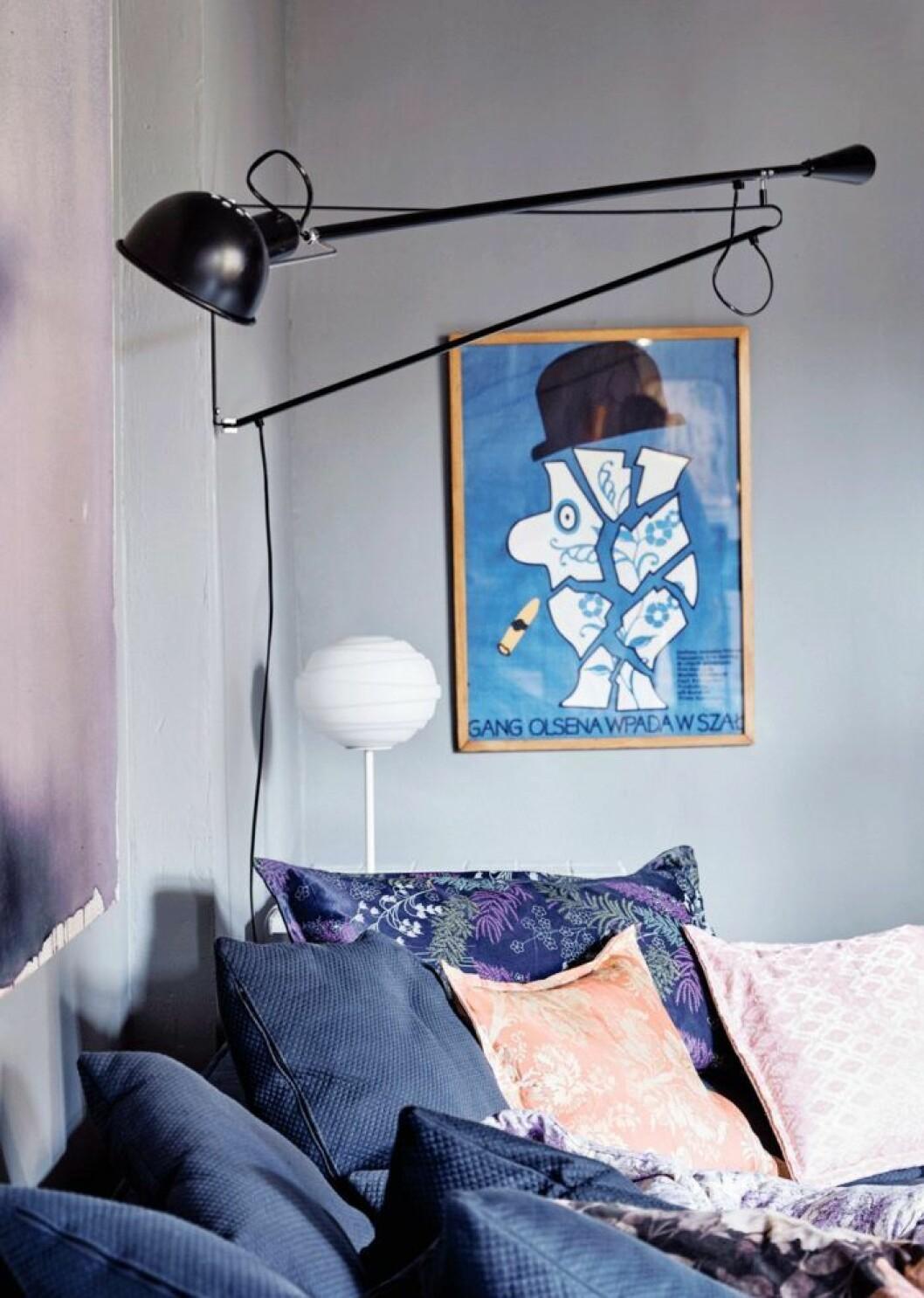 Svart vägglampa i stilren design är en snygg inredningsdetalj.