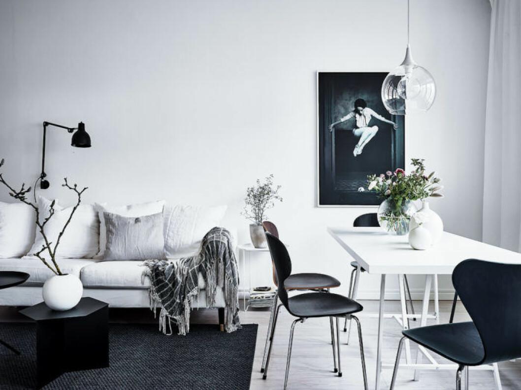 Matplats och vardagsrum med vita väggar