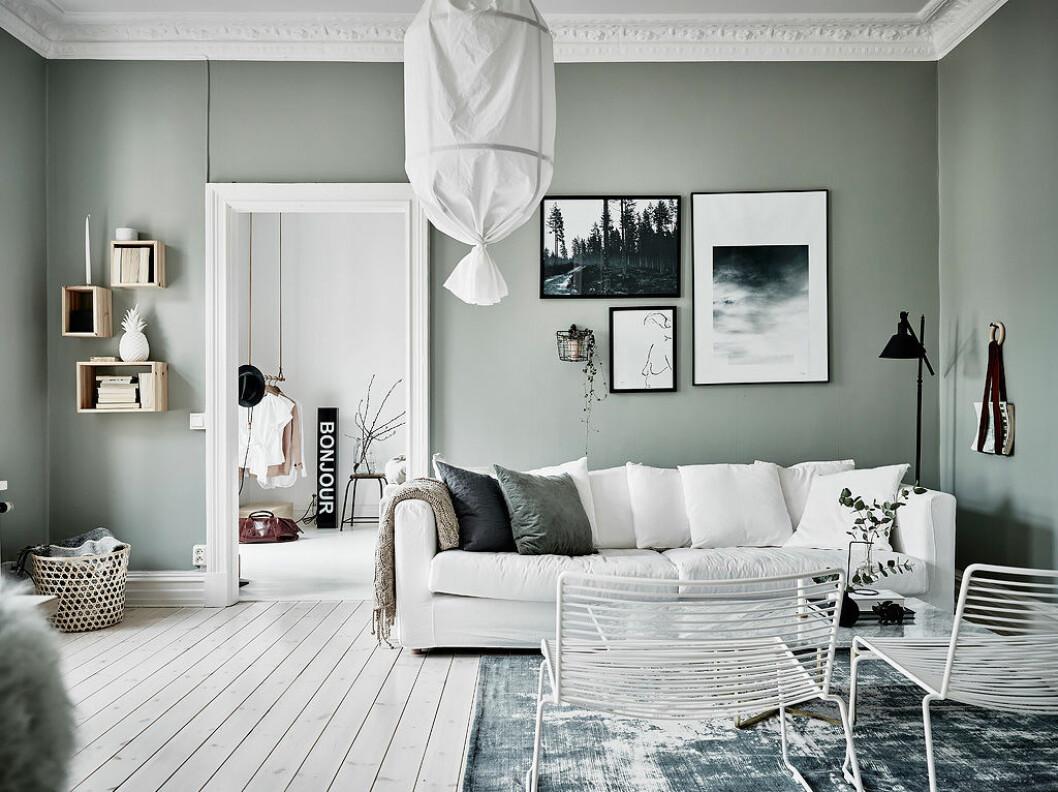 Vardagsrum med ljusgröna väggar och ljusa inredningsdetaljer