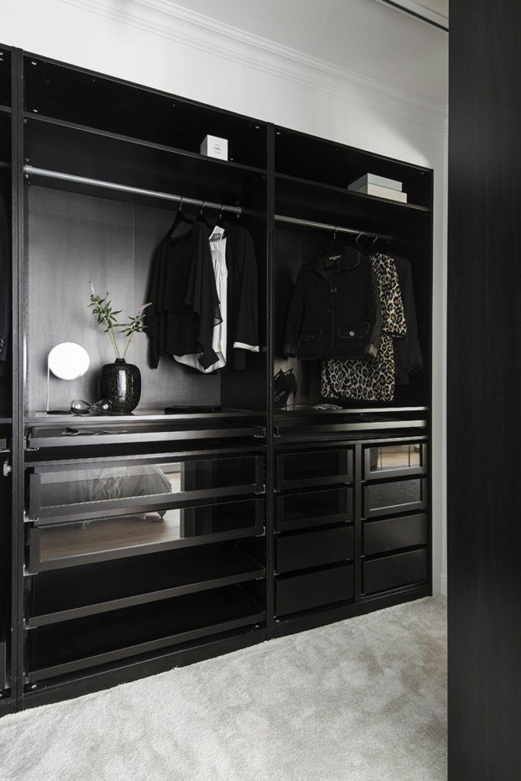 Walk in closet med mörka garderober