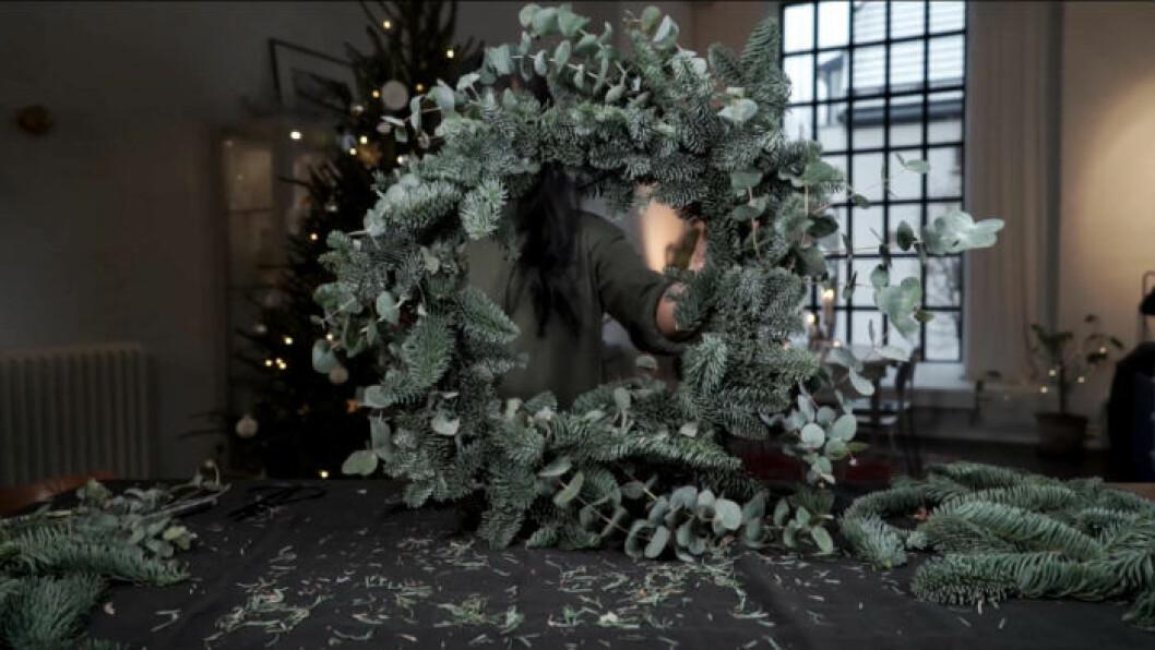 Stor julkrans gjord på granris och eucalyptus
