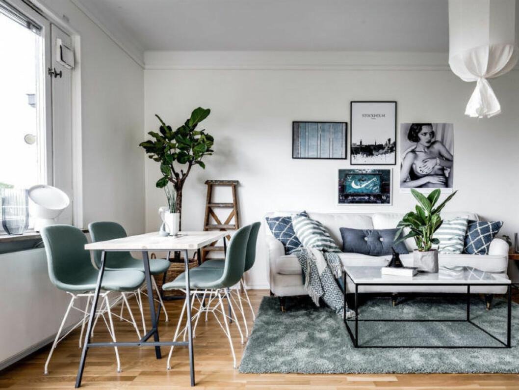 Vardagsrum med gröna stolar, matta och kuddar som en röd tråd