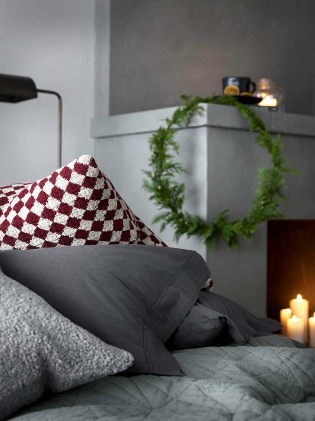 Addera lagom mycket rött för att skapa en stilren julkänsla i sovrummet.