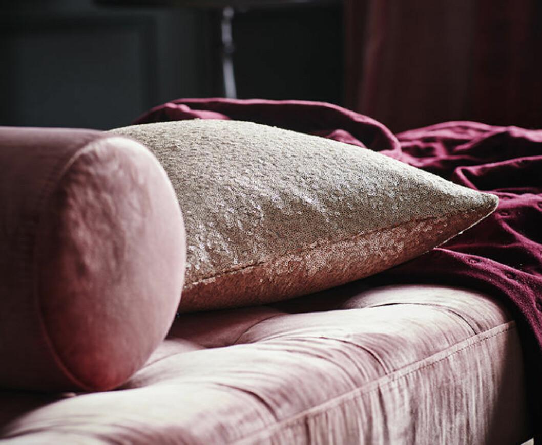 En rosa sammetssoffa.