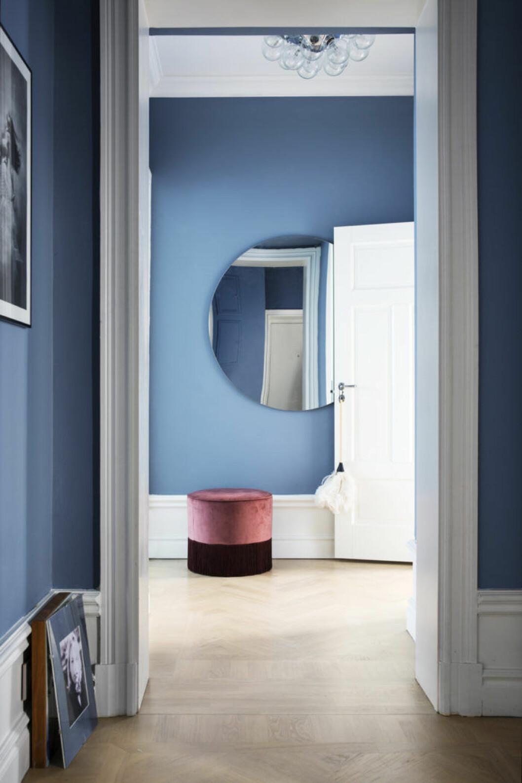 Blåmålad hall med rund spegel, hemma hos Edita Renlund, Food Junky.