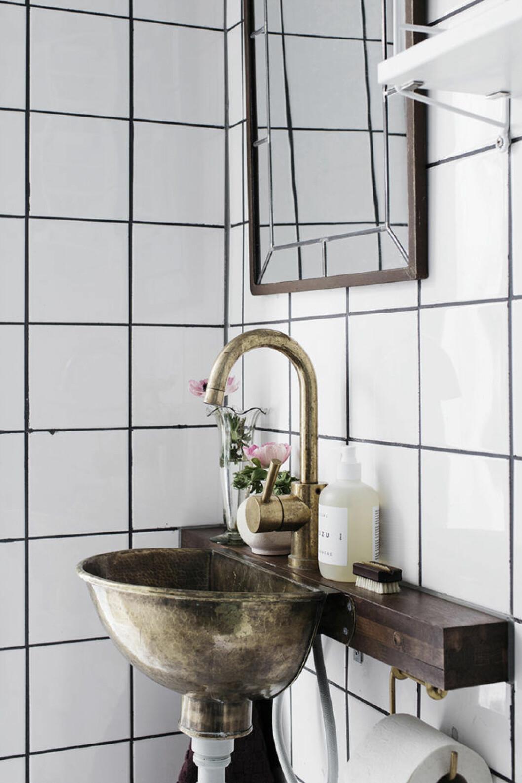 Handfat och blandare i mässing i badrummet
