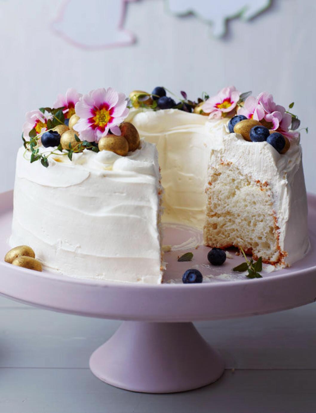 Tårta med ätbara blommor.