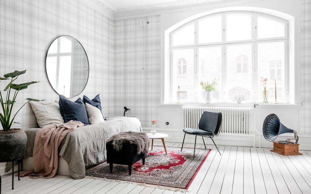 Sovrum med vitlasserat trägolv