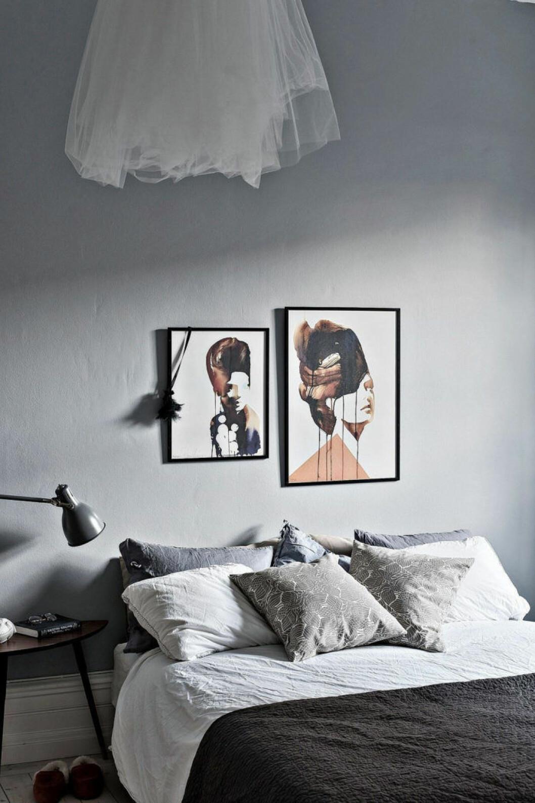 Sovrum med ljusa väggar