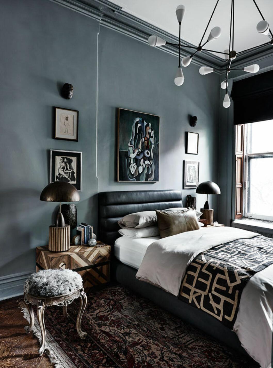 Svart sänggavel i vadderat läder