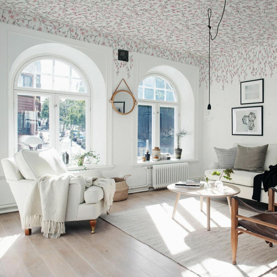 Tapetserat blommigt tak med kyrkliknande fönster