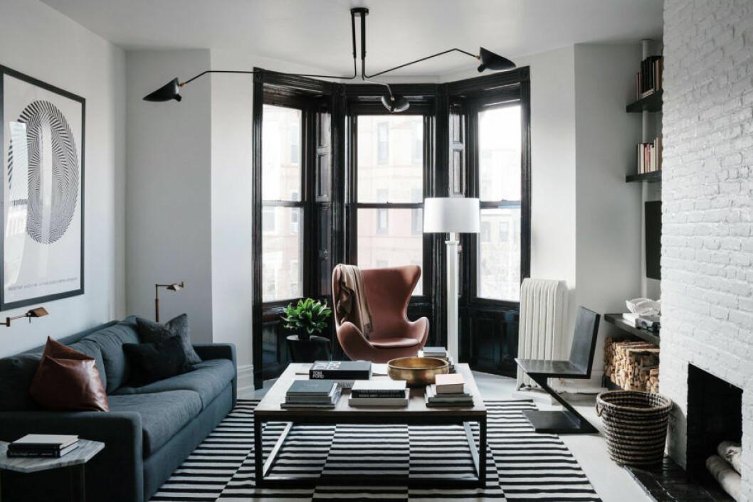 Burspråk med fönster och fönsterkarmar i svart