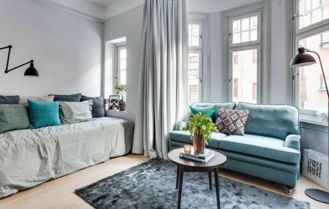 Kombinerat vardagsrum där säng kan agera soffa dagtid