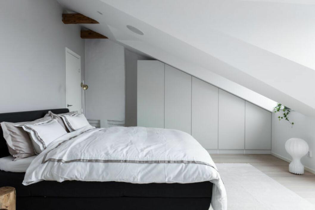 Sovrum med snedtak där garderoben måttanpassats