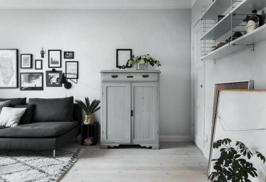Ljusgrå vägg och ljusgrå förvaringsmöbel