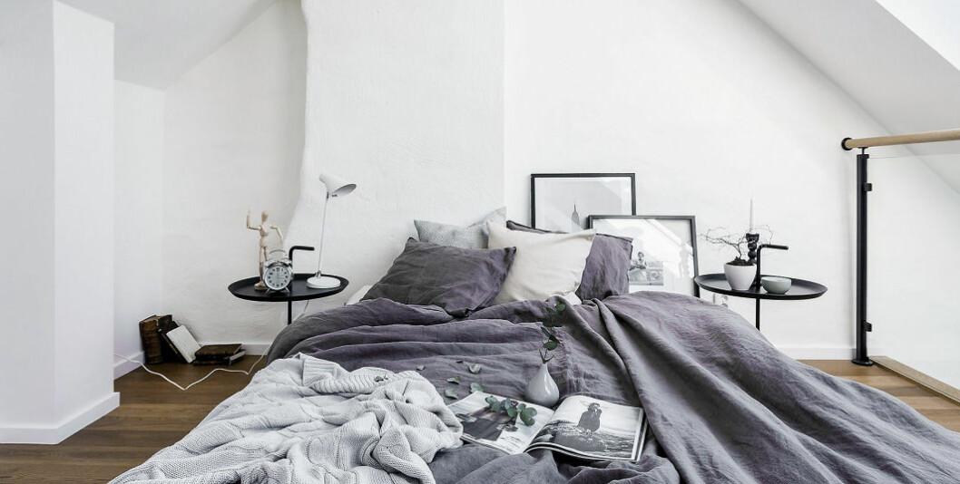 Gråa sängkläder.