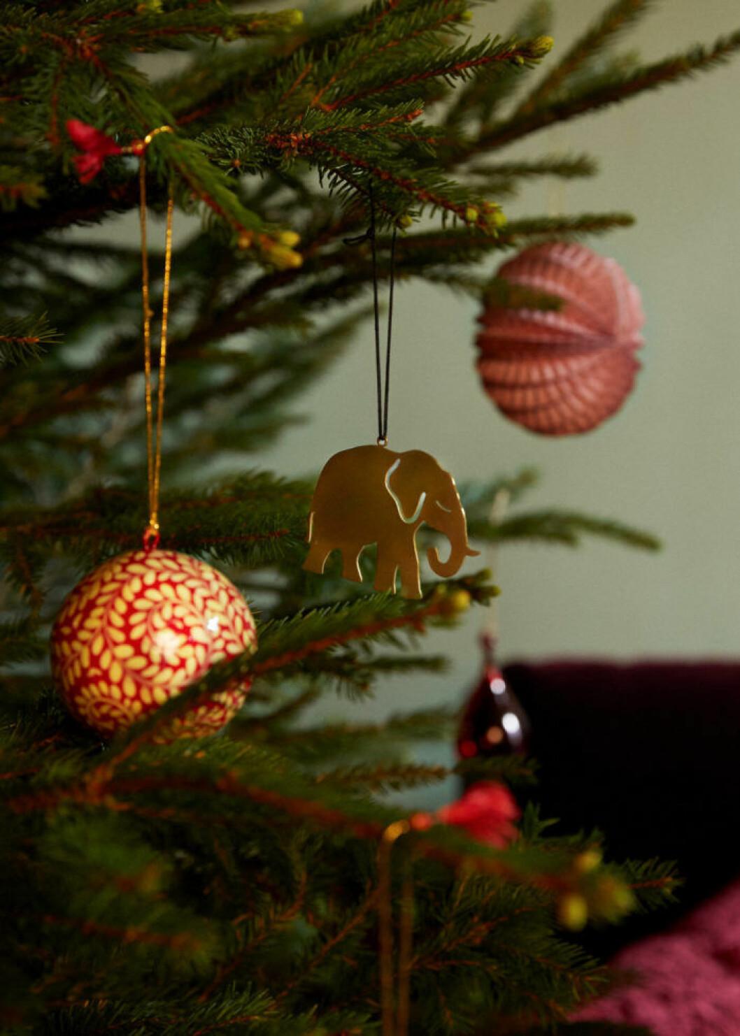 Detaljbild på julgranskulor