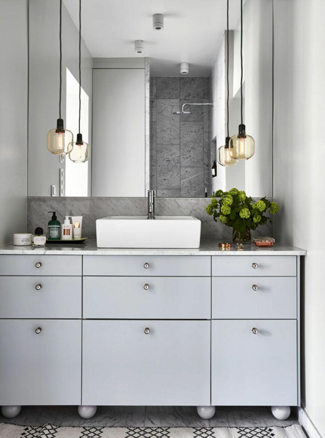 Ljusgrått badrum med snittblommor