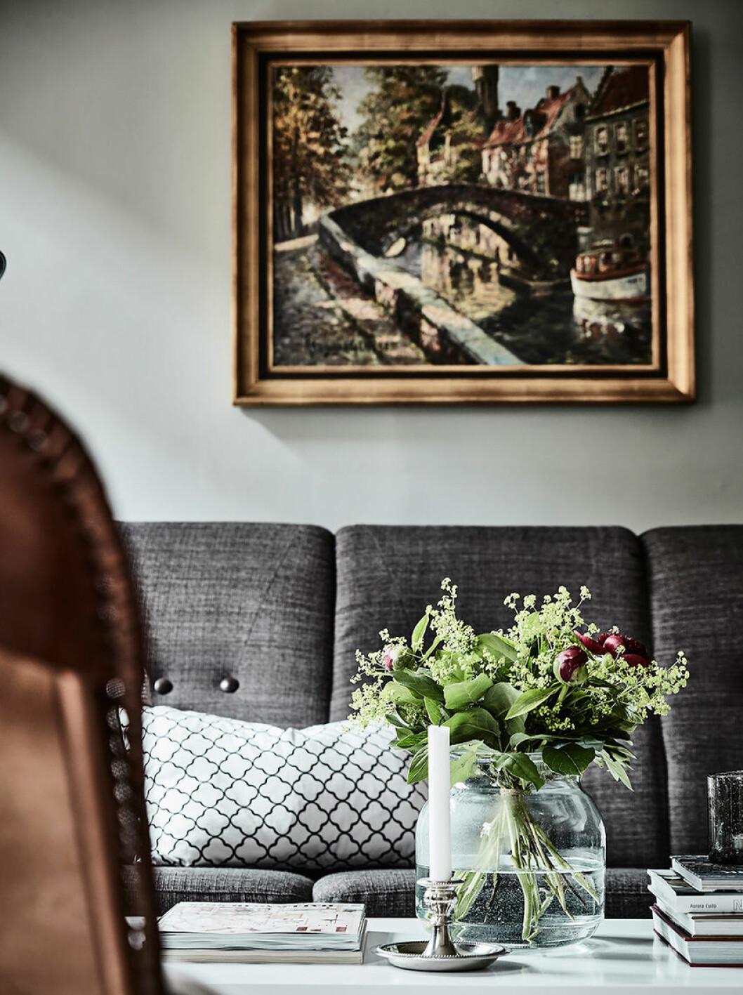 Oljemålning över soffan i vardagsrummet