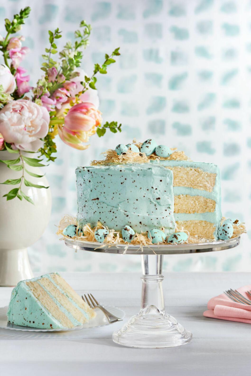 Tårta med spräckliga nougatägg.