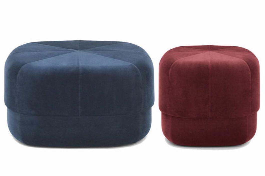 Sittpuffar i sammet, en i blått och en i mörkrött
