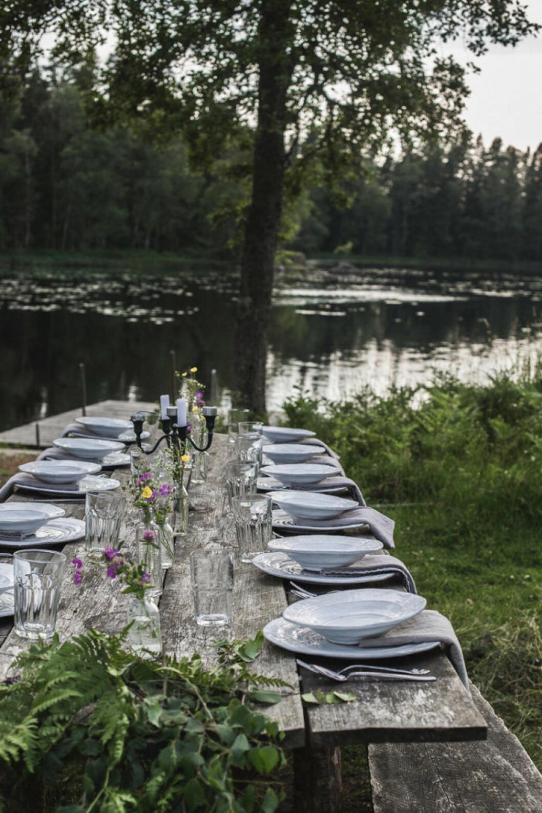 ett rustikt bord intill sjön