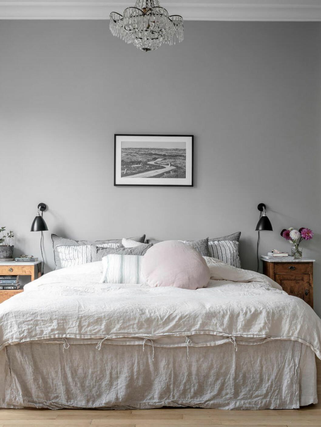 Ljusgrått sovrum