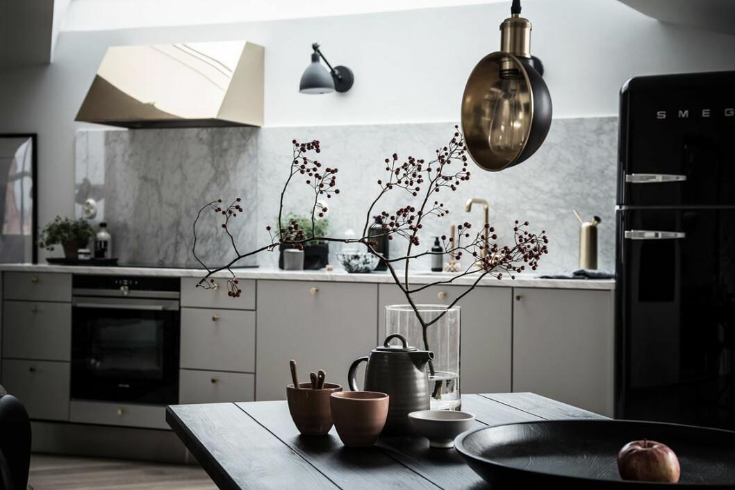 Svarta vitvaror i kök.