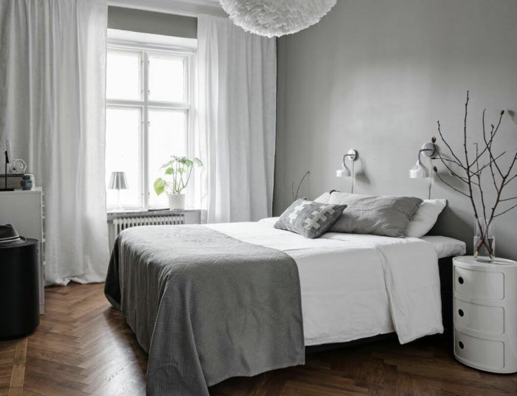 Sovrum med grå och vit inredning