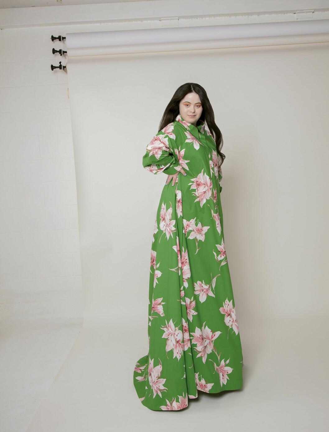 Ellie Goldstein i grön klänning.