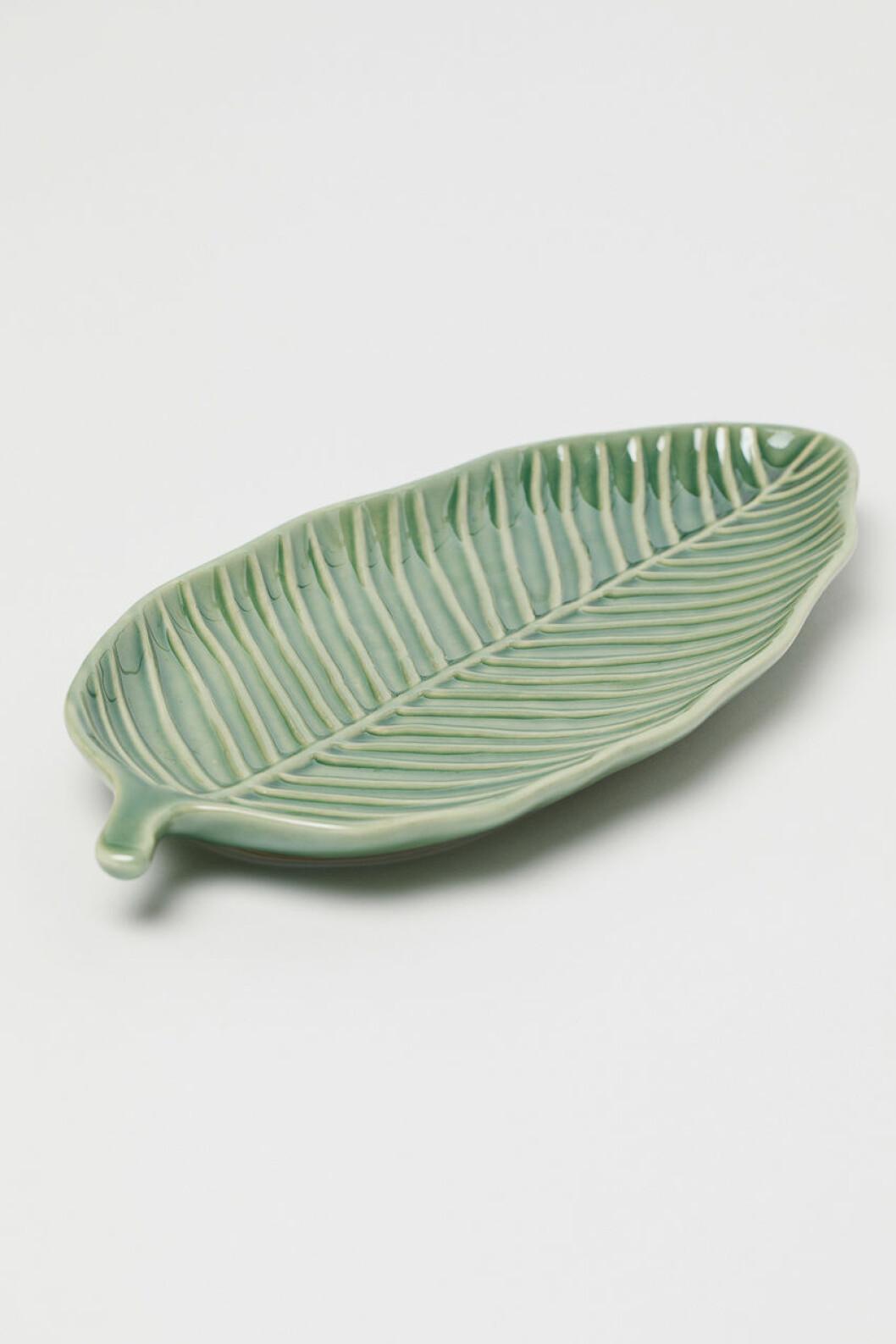 Grönt keramikfat i form av ett blad, H&M Home 2019.