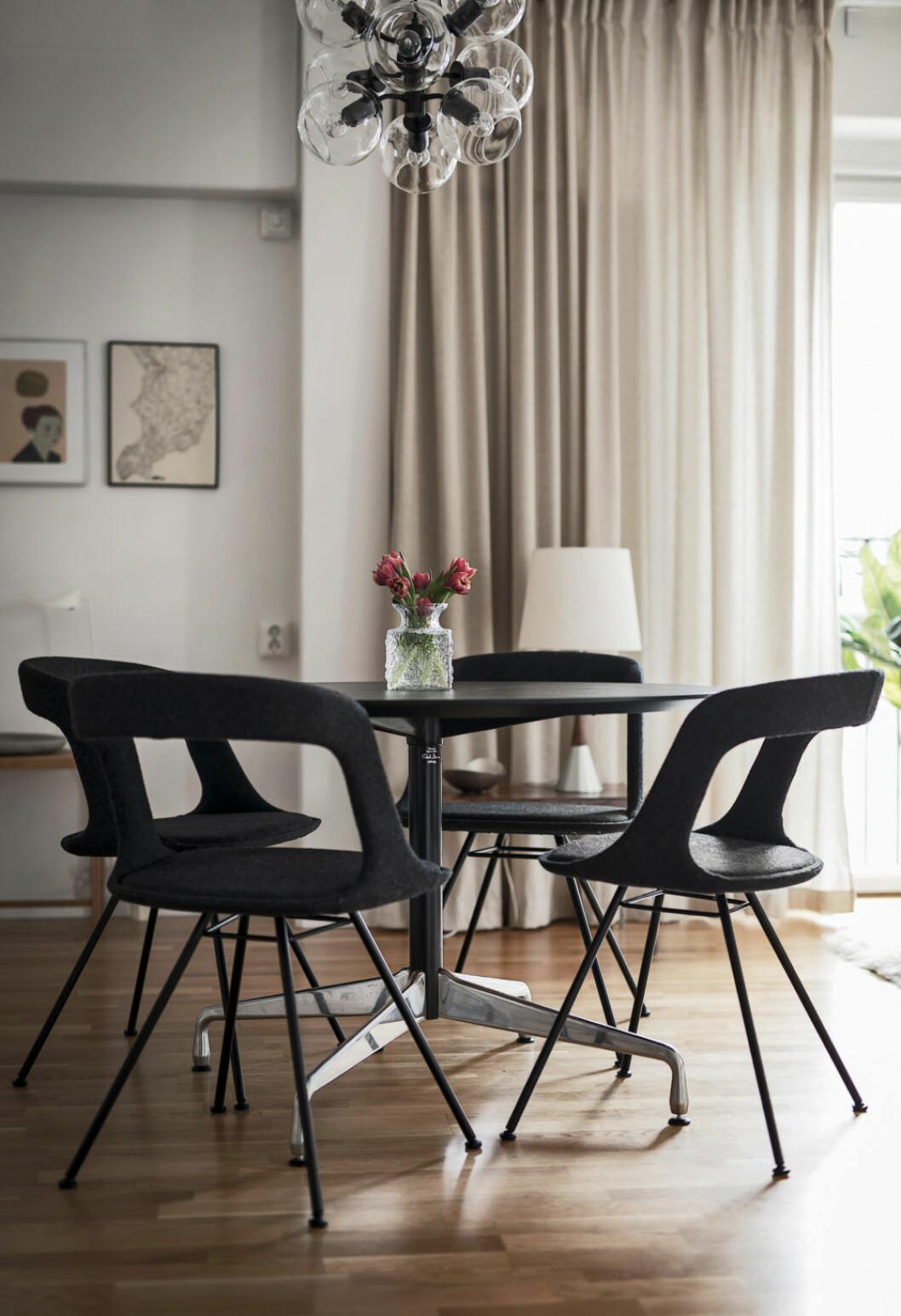 Matplats med svarta möbler och beiga väggar