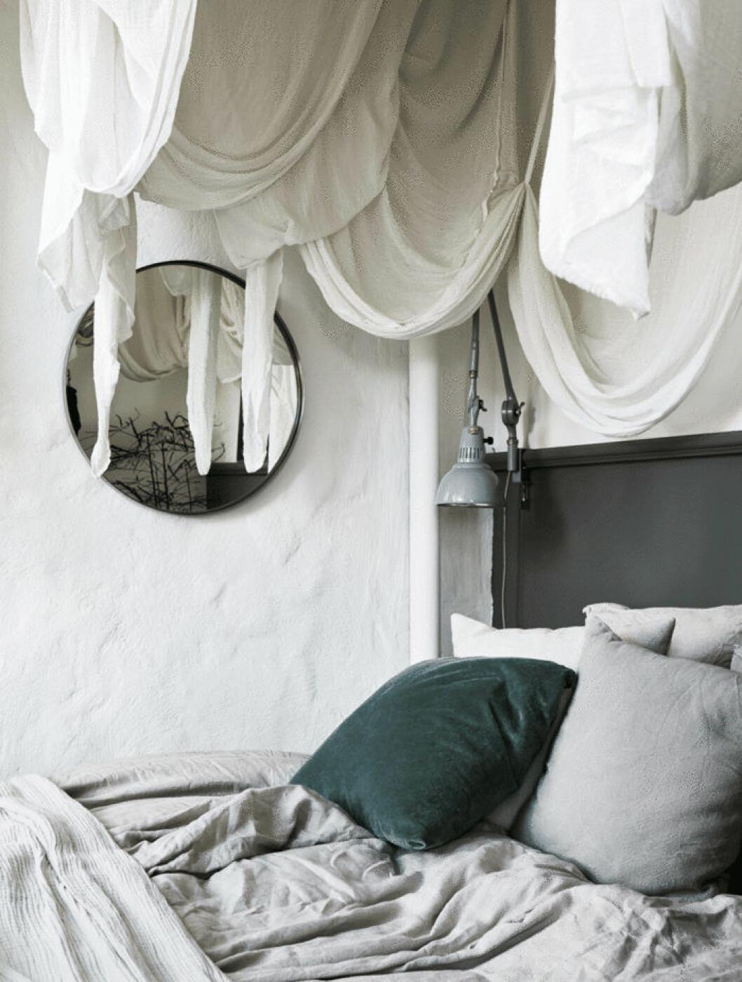 Avgränsa sovplatsen med en bohemisk sänghimmel.