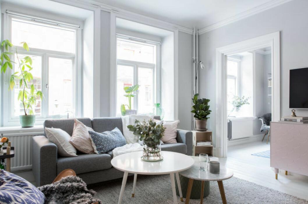 Vardagsrum utan gardiner för luftig känsla