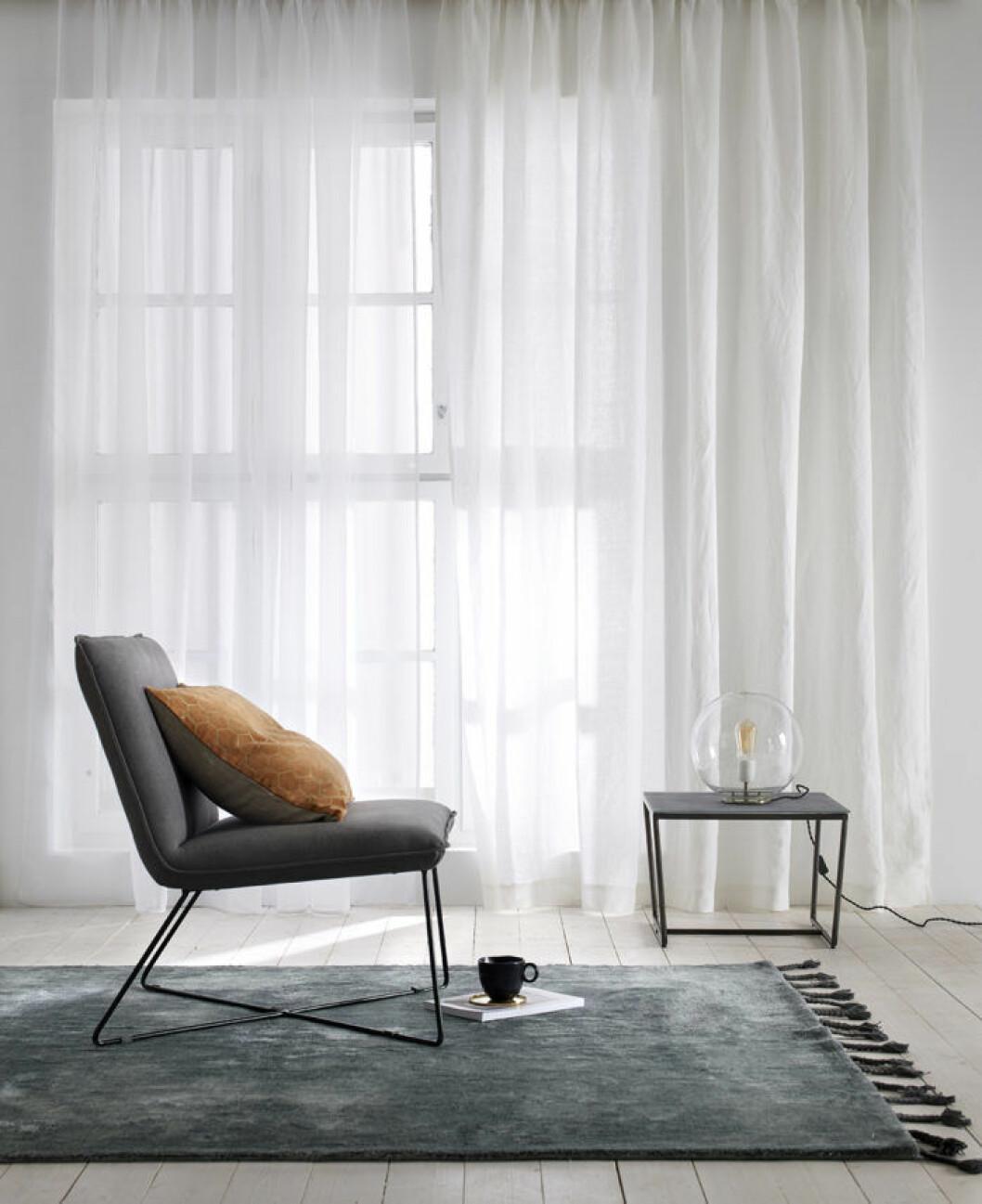 Mörk matta och vita gardiner. Våren 2018 på Ellos Home.