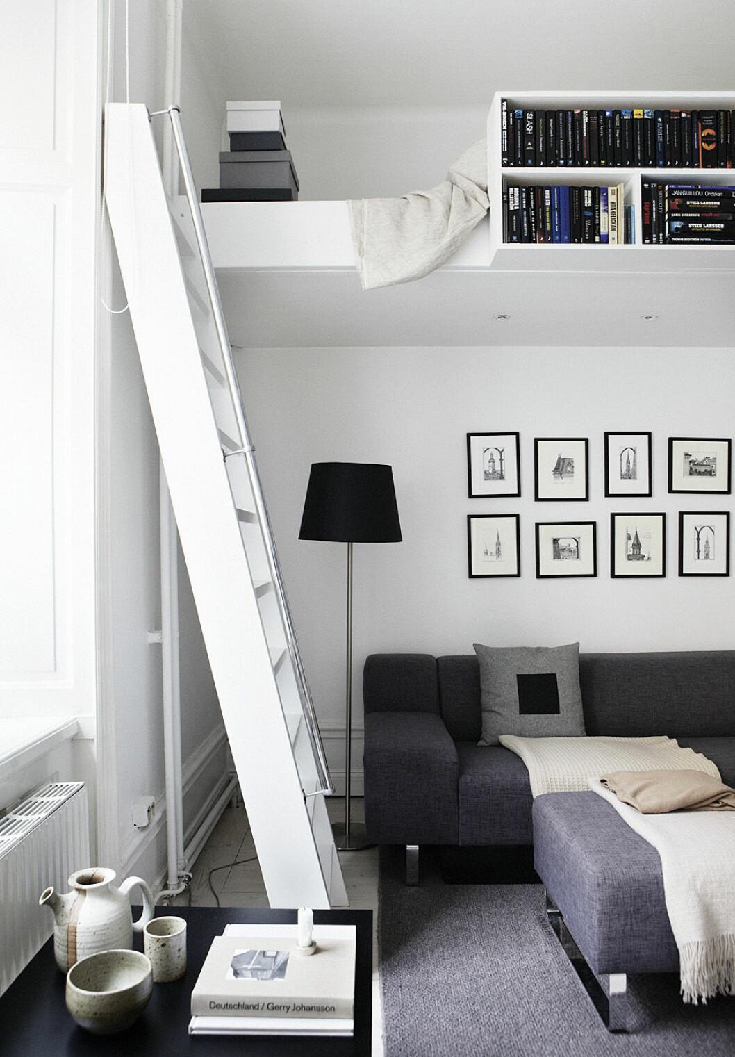 Platsbyggt sovloft skapar välbehövliga ytor i ett litet rum