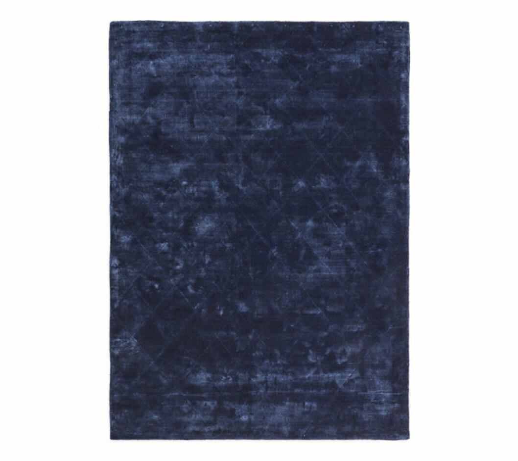 Mörkblå viskosmatta med mönster.