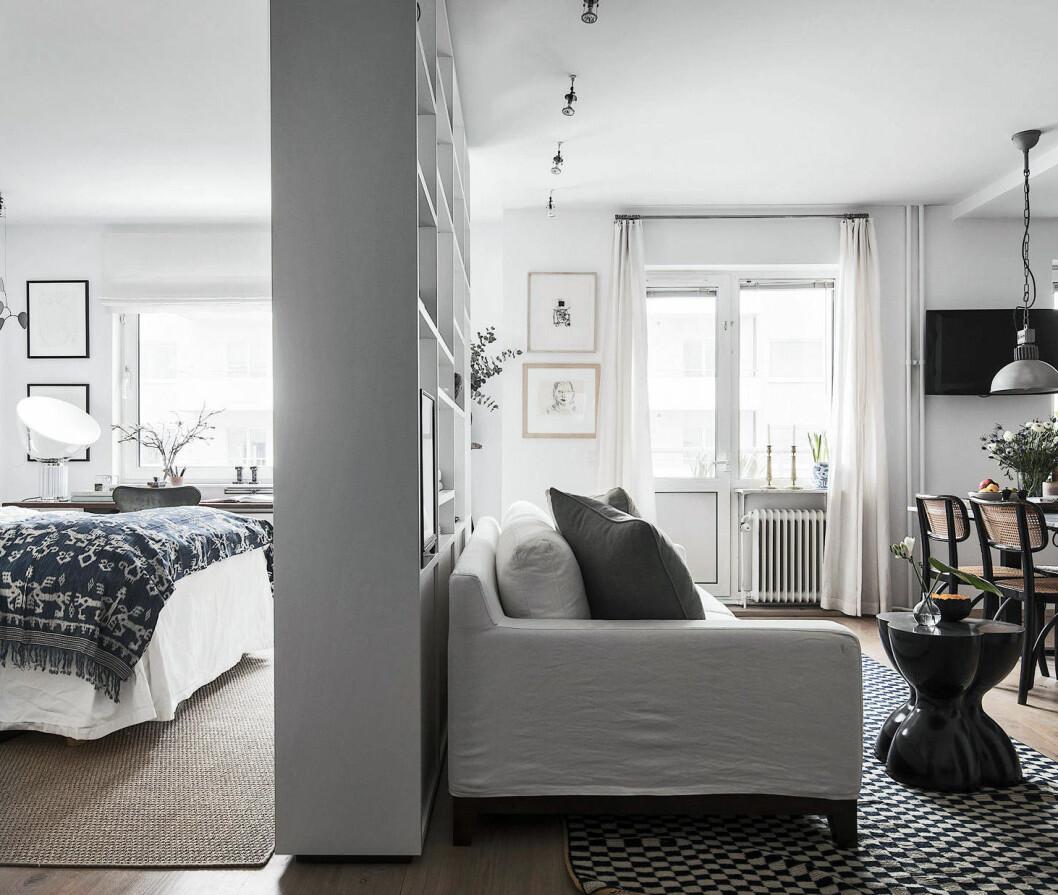 Separera rummet med en möbel.