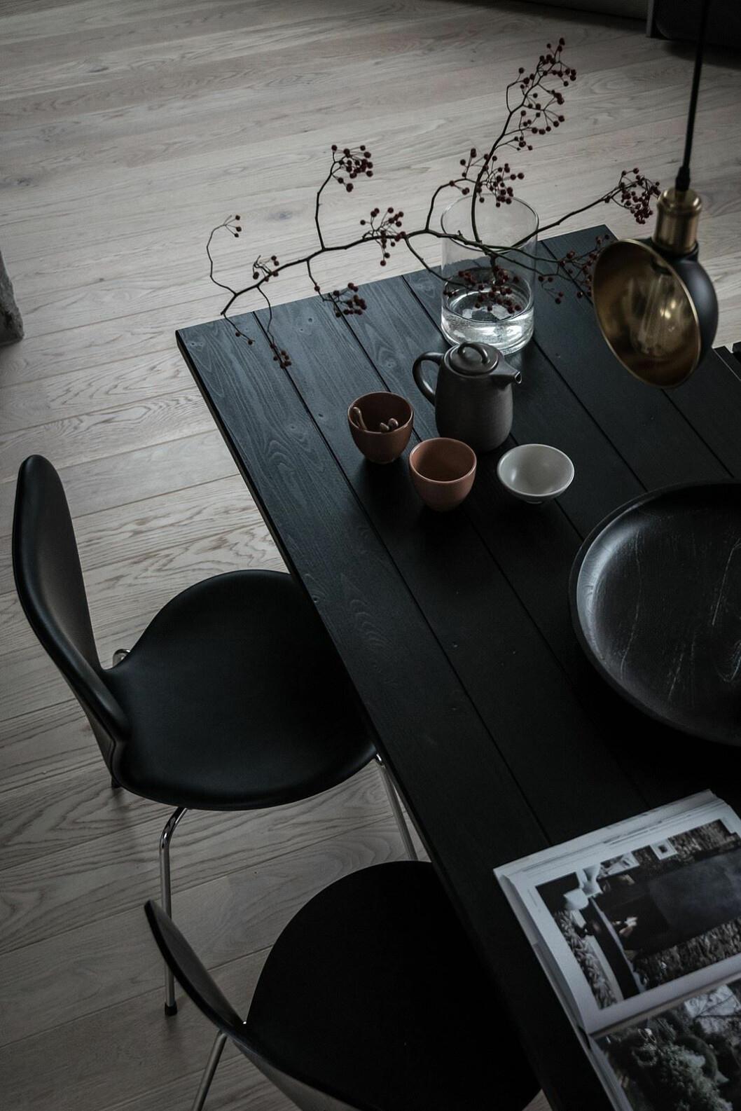 Svart köksbord och stolar.