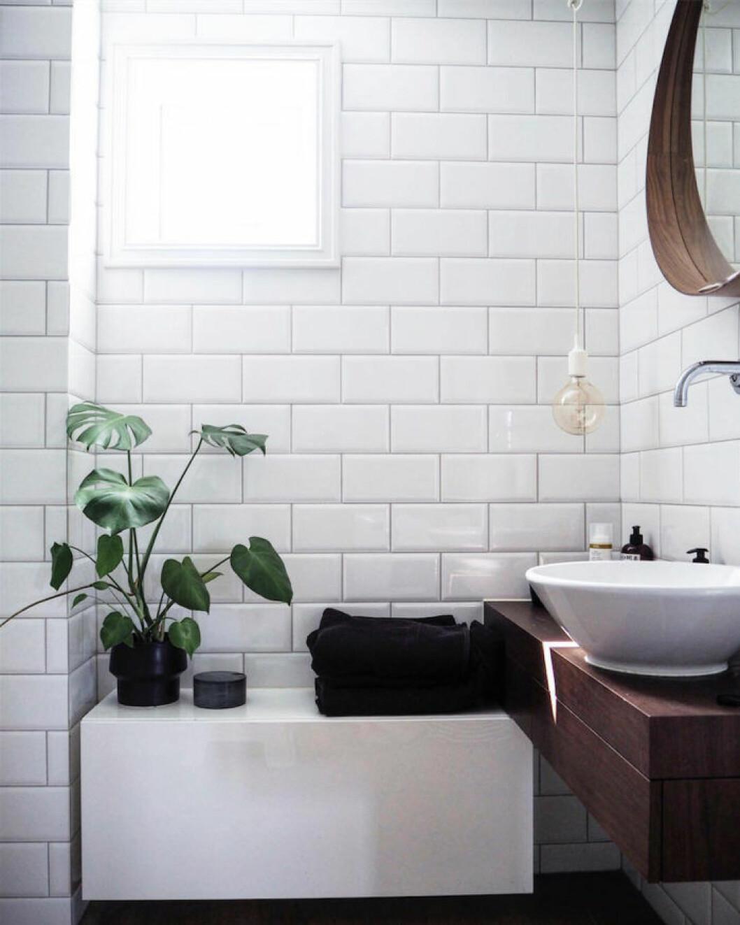 Skapa en kontrast med mörka träslag i badrummet.