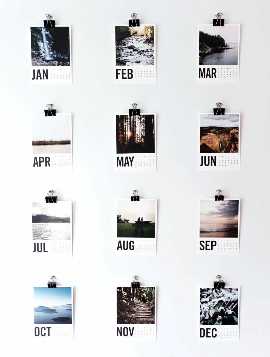 Fotografier pryder varje månad och hängs upp med klämmor på väggen