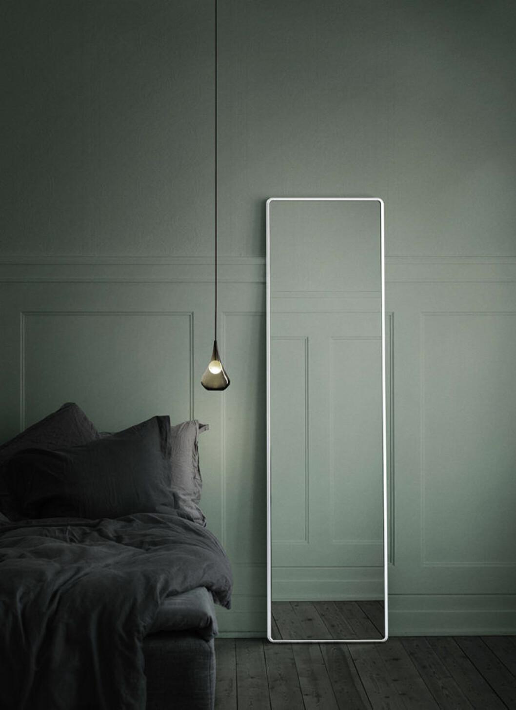 Spegel med vit ram