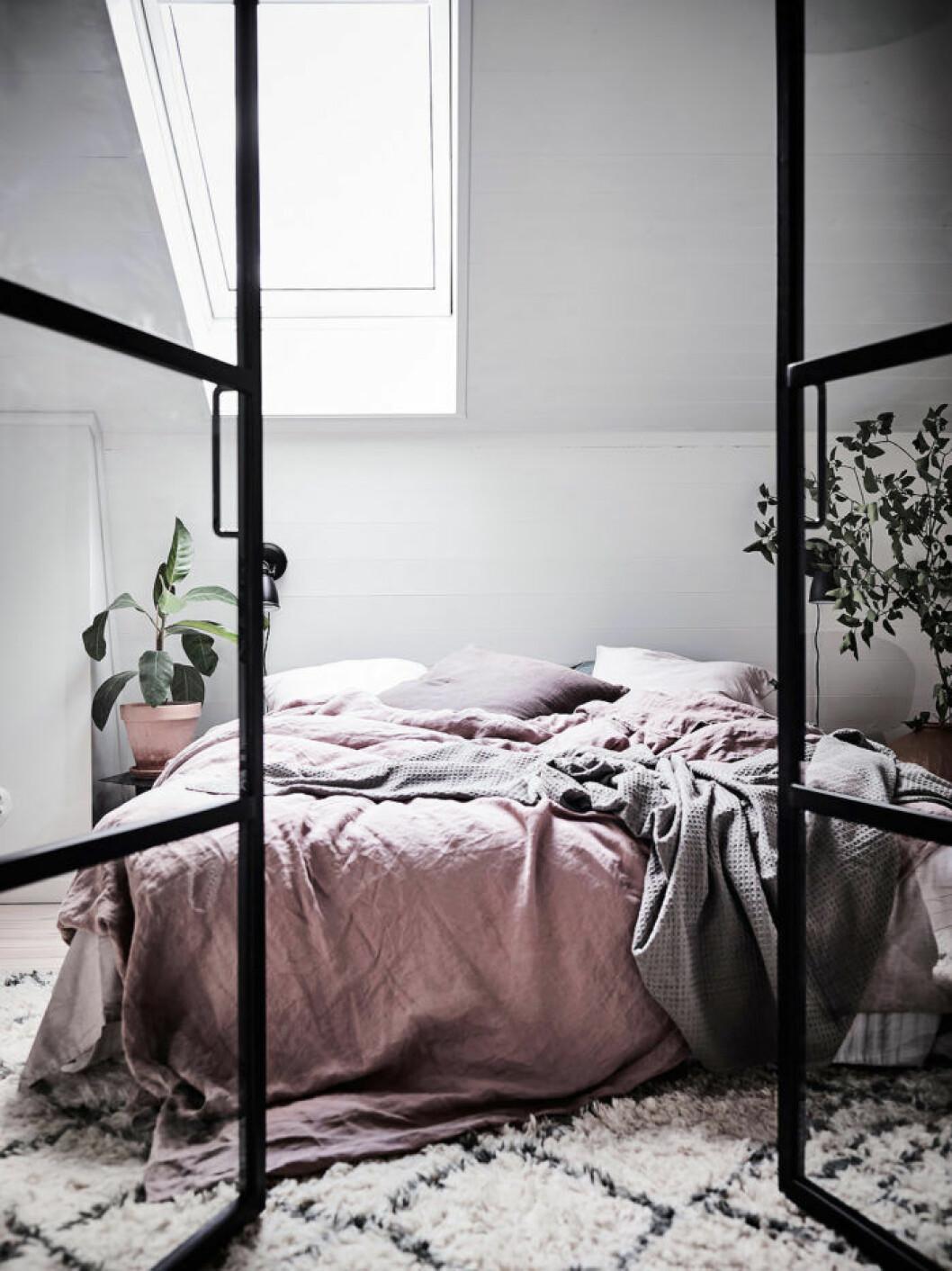 Säng med olika nyanser och texturer i rosa