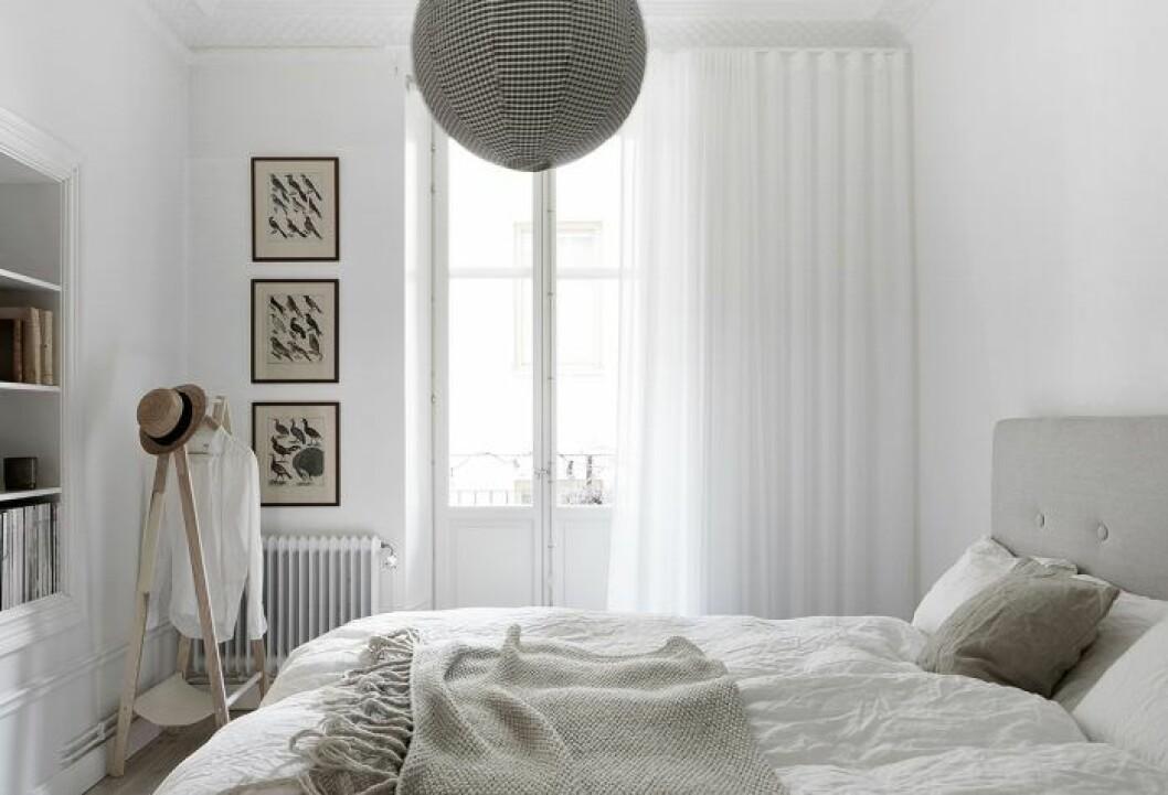 Ljusa upp rummet med ljusa gardiner.