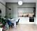Snyggt platsbyggt kök i pistagegrönt