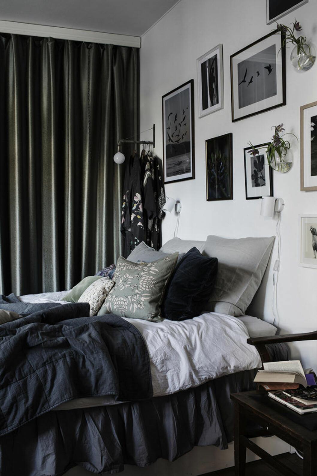 Säng bäddad med linnelakan