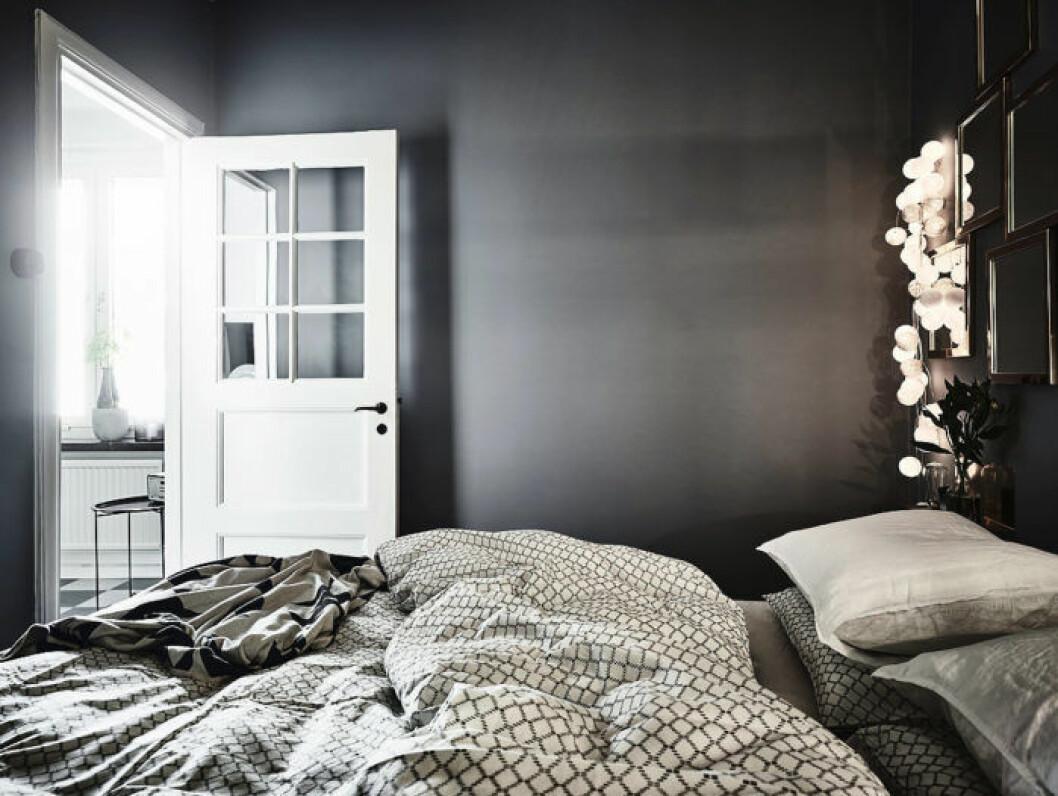 Sovrum med vacker ljusslinga som beslyning